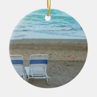 Dos sillas en olas oceánicas de la arena de la ornato
