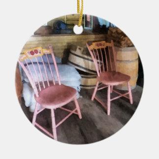 Dos sillas rosadas en tienda general ornamento para reyes magos