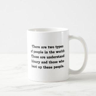 Dos tipos del binario divertido de la gente (matón taza clásica