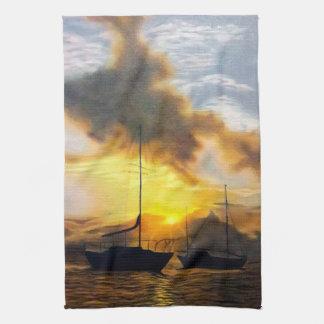 Dos veleros en una puesta del sol hermosa toalla de cocina