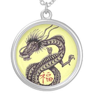 Dragón chino con el collar del símbolo de la buena