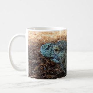 Dragón de Komodo envuelto alrededor de la taza
