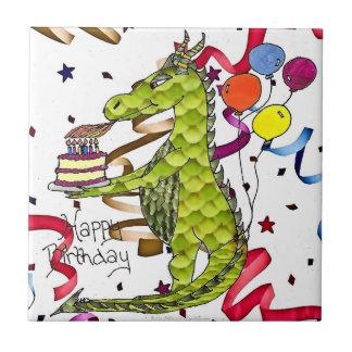 Dragón del feliz cumpleaños que enciende la teja d