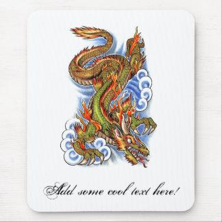 Dragón y nubes orientales frescos alfombrilla de ratón