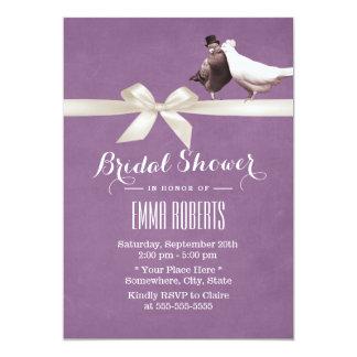 Ducha nupcial de los pájaros violetas elegantes invitación 12,7 x 17,8 cm