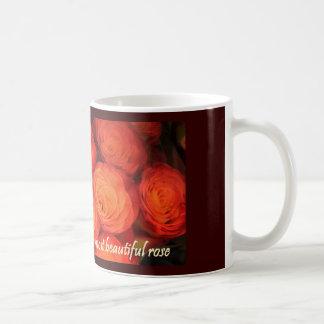 Ducha nupcial del boda rosado anaranjado color de  taza básica blanca