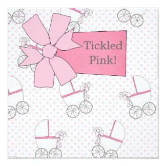 Ducha rosada de la niña del carro invitación 13,3 cm x 13,3cm
