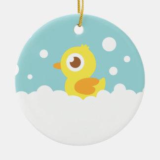 Ducky de goma lindo en baño de burbujas