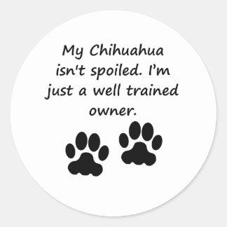 Dueño bien entrenado de la chihuahua etiquetas redondas