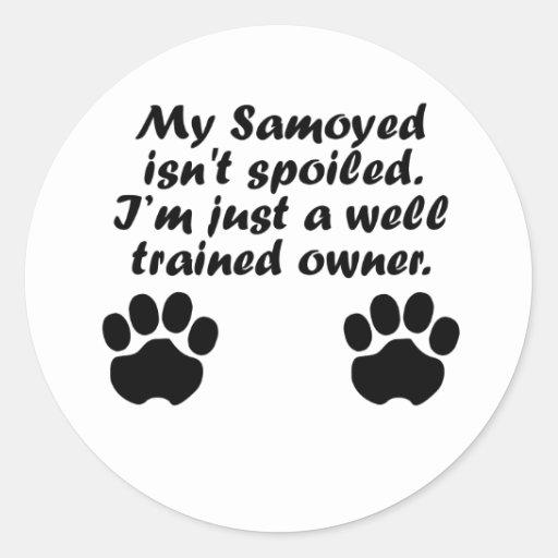Dueño bien entrenado del samoyedo etiqueta redonda
