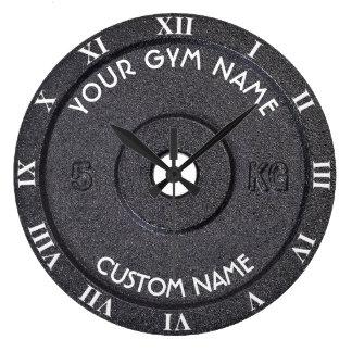 Dueño o usuario del gimnasio con el texto curvado reloj redondo grande