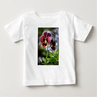 Dúo de la flor del pensamiento de Burdeos Camiseta De Bebé