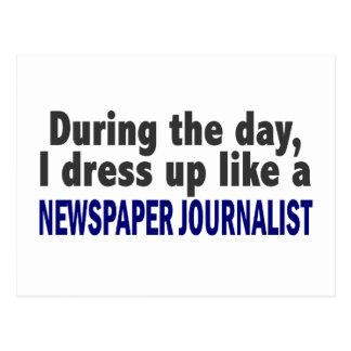 Durante el día visto para arriba al periodista del postal