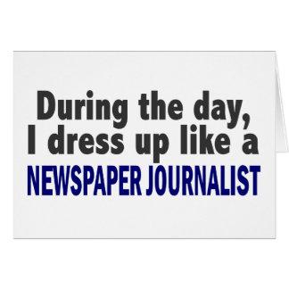 Durante el día visto para arriba al periodista del tarjeta