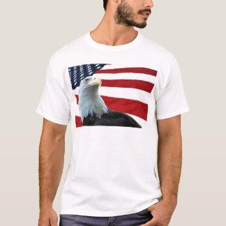 Eagle calvo contra la camisa de la bandera