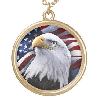 Eagle calvo delante de la bandera americana collar dorado