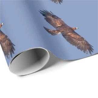 Eagle de oro que envuelve en vuelo el papel