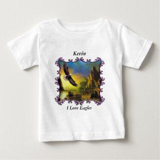 Eagle que vuela sobre el paisaje camiseta de bebé