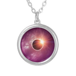 Eclipse solar collar plateado