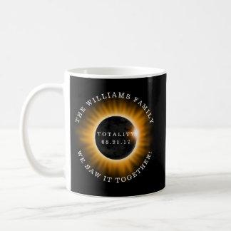 Eclipse solar de la totalidad de la familia taza de café