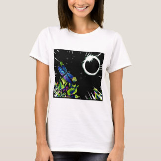 Eclipse solar total con una libélula observando camiseta