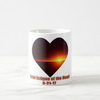 Eclipse total de la taza de café del corazón