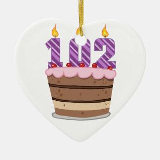 Edad 102 en la torta de cumpleaños ornamentos de reyes