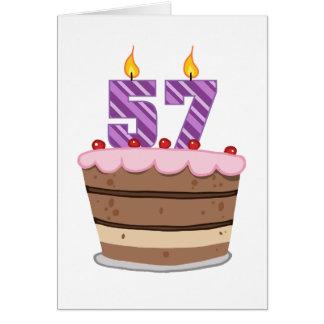 Edad 57 en la torta de cumpleaños tarjeta de felicitación