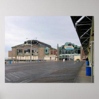 Edificio del casino del paseo marítimo del parque  póster