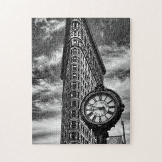 Edificio y reloj de Flatiron en blanco y negro Puzzle