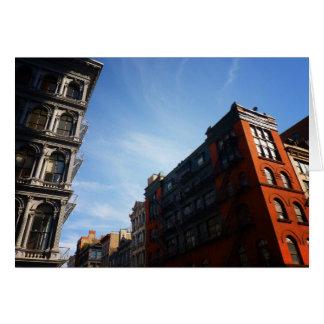 Edificios de Soho contra un cielo azul Felicitación
