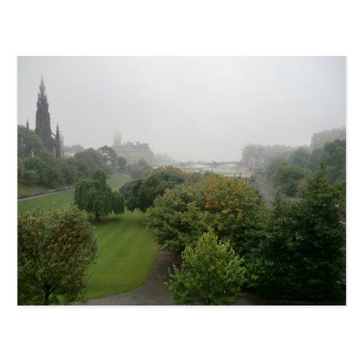 Edimburgo brumosa de la calle del soporte postal