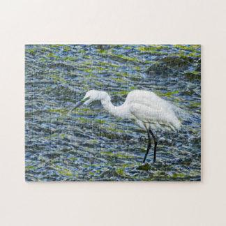 Egret nevado con arte azul y verde del fractal del puzzle