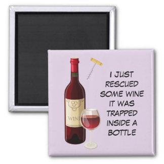 Ejemplo de la botella y del vidrio de vino imán