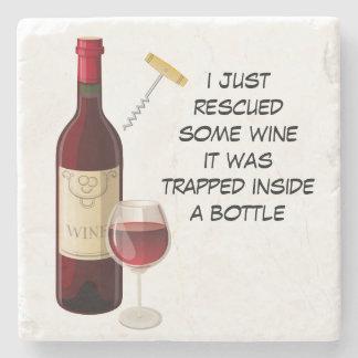 Ejemplo de la botella y del vidrio de vino posavasos de piedra
