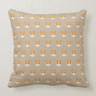 Ejemplo lindo del gato de Tabby Cojín Decorativo