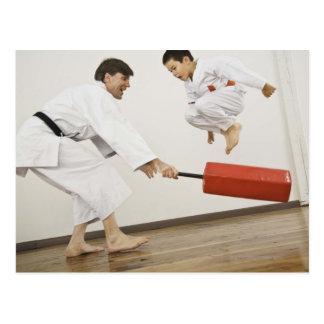 Ejercicio de la agilidad en clase del karate postal
