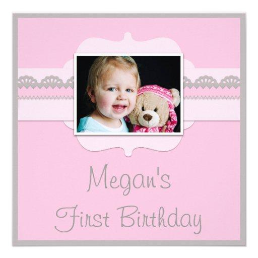 El 1r cumpleaños lindo del bebé rosado y gris añad invitacion personal