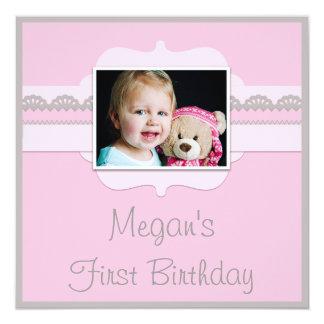 El 1r cumpleaños lindo del bebé rosado y gris invitación 13,3 cm x 13,3cm