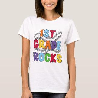 El 1r grado multicolor oscila las camisetas y los