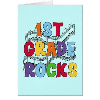 El 1r grado multicolor oscila las camisetas y los  tarjeta de felicitación