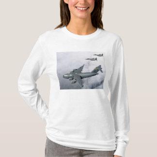 El acompañamiento de F-15B Eagles el primer Camiseta