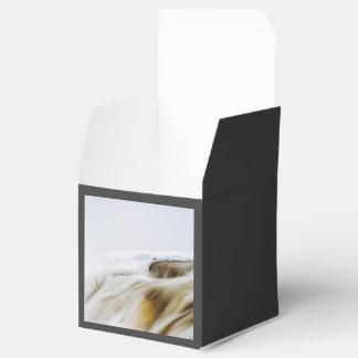 El agua temática, agua corriente con el aerosol se caja para regalo de boda