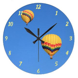 El aire caliente hincha el reloj redondo grande