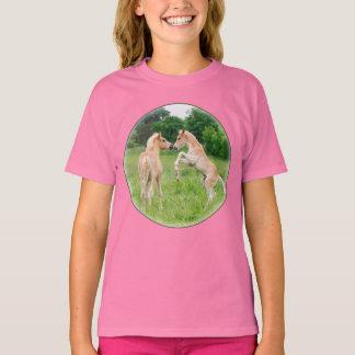 El alzarse lindo de los potros de los caballos de camiseta