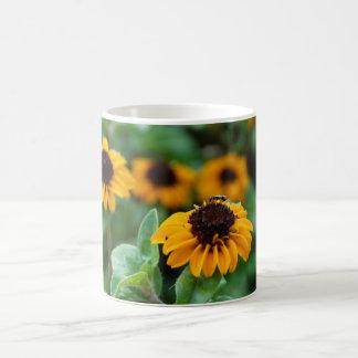 El amarillo florece la taza de la foto