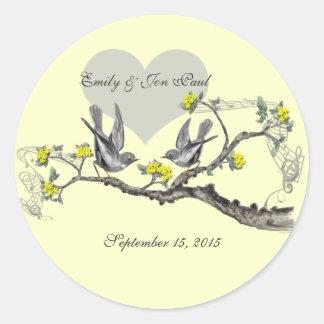 El amarillo florece los pájaros del amor del pegatina redonda