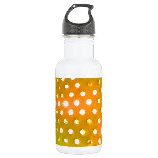El amarillo puntea la botella de agua