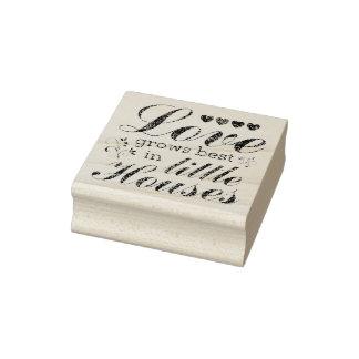 El amor crece en el sello de madera del arte de