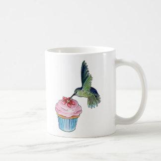 El amor de la magdalena del colibrí está en el taza de café